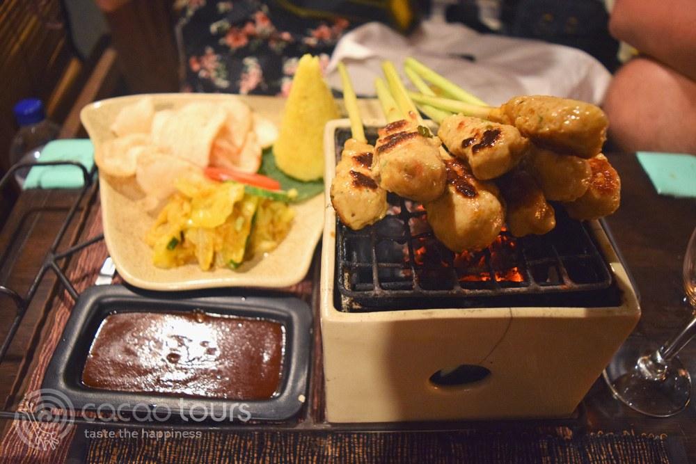 шишчета от пилешко месо и риба, балийски специалитет