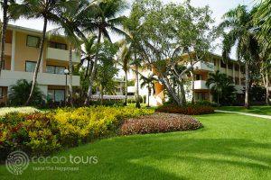 красивата градина на хотел Catalonia Bavaro Beach Resort, Пунта Кана, Доминикана