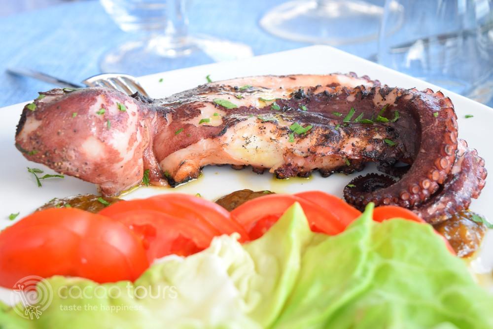 октопод на скара - кухната на Соренто и Амалфийско крайбрежие, Италия