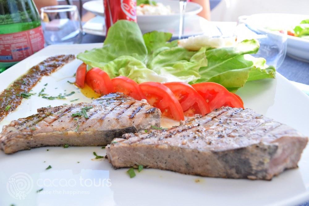 риба тон стек - средиземноморската кухня на Соренто и Амалфийско крайбрежие, Италия