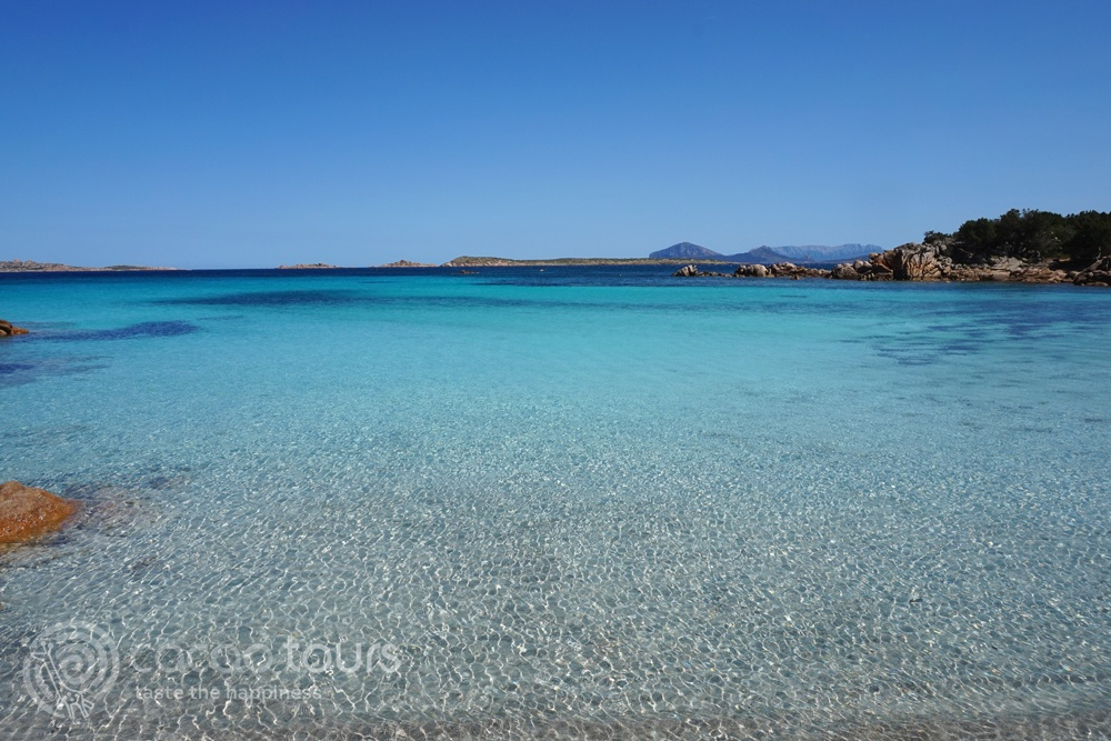 Сините води на Изумрудения бряг - плажът Капричиоли, Сардиния (Capriccioli Beach, Sardinia island, Italy)