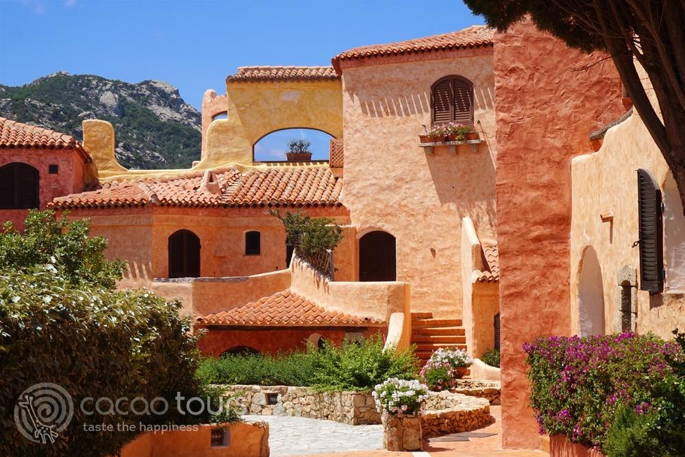 Красива фасада в Порто Черво, Коста Смералда, Сардиния, Италия (Porto Cervo, Costa Smeralda, Sardinia, Italy)