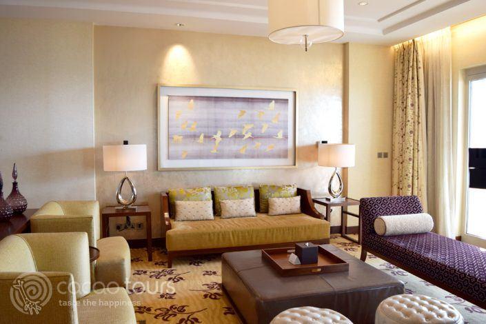 дневна на луксозна стая в хотел Ritz Carlton Dubai, Дубай, ОАЕ