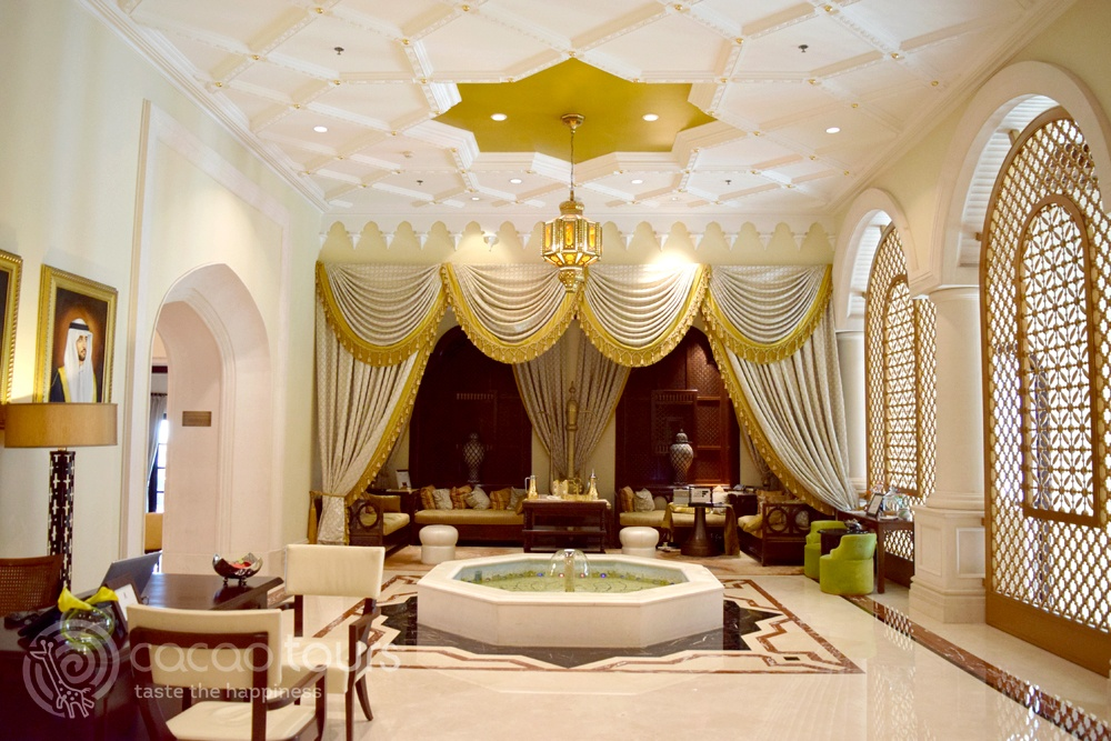 лоби бар в хотел Ritz Carlton Dubai, Дубай, ОАЕ