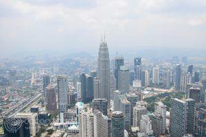 гледка към кулите Петронас от кулата Менара, Куала Лумпур, Малайзия