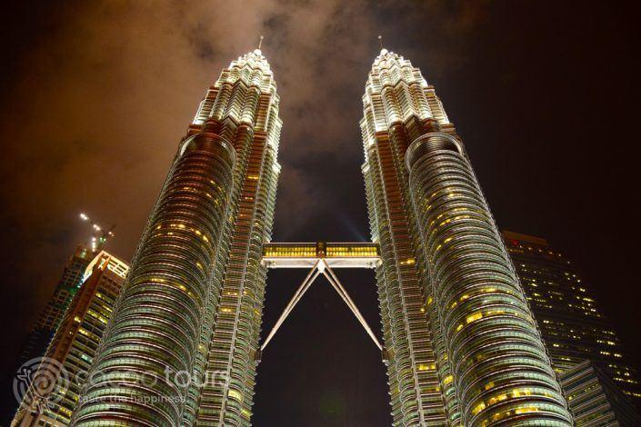 осветените кули Петронас, Куала Лумпур, Малайзия