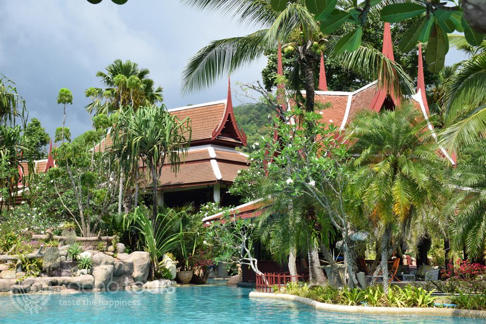 Басейнът на хотелския комплекс Thavorn Beach Village Resort Hotel, Пукет, Тайланд