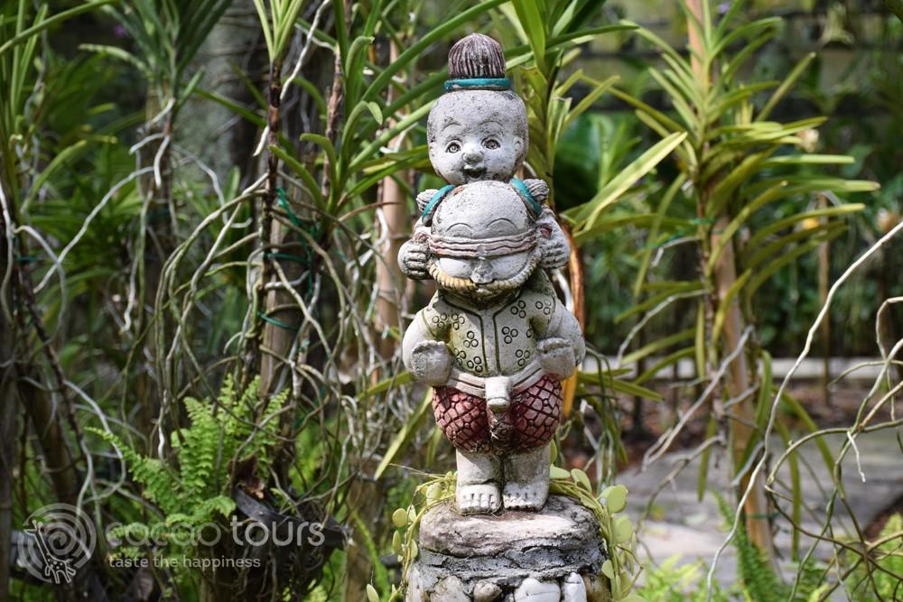 Тайландски скулптури сред ботаническа градина