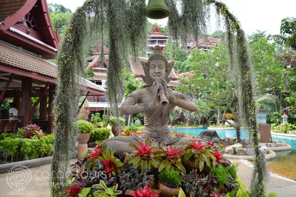 Тайландска скулптура в хотел Thavorn Beach Village Resort Hotel, Пукет, Тайланд