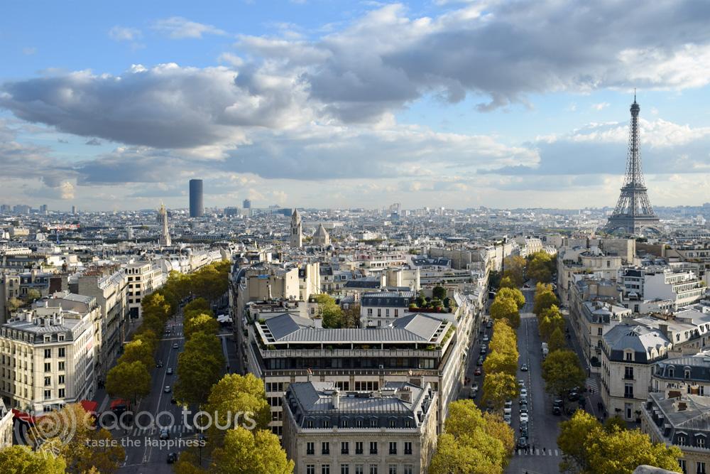 Поглед към Айфеловата кула (Eiffel Tower) от Триумфалната арка (Triumphal arch) в Париж, Франция (Paris, France)